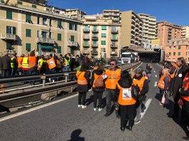 familiari vittime ponte Morandi, blocco autostrada