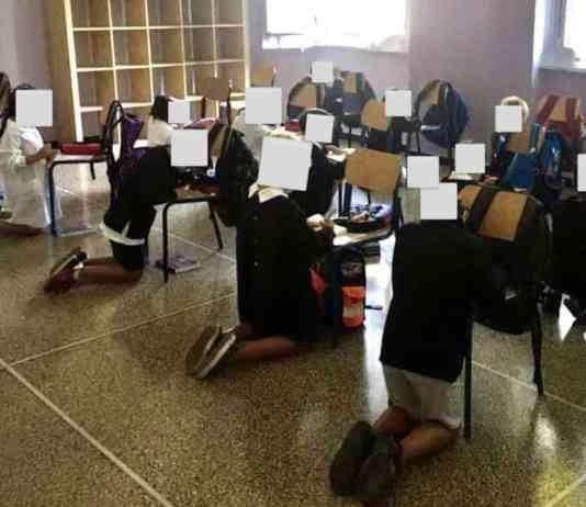 Bambini in ginocchio a scuola