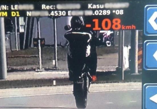Politsei pidas kinni linnas kiirusega 108 km/tunnis trikitanud mootorratturi