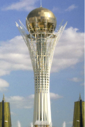 Astanan keskustan torni, jonka päällä välkkyy kultainen maapallo.