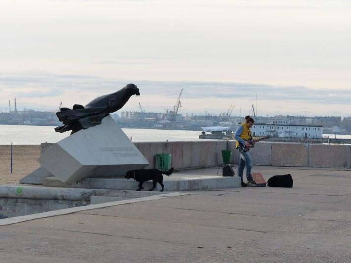 Katusoittaja töissä rantabulevardilla.