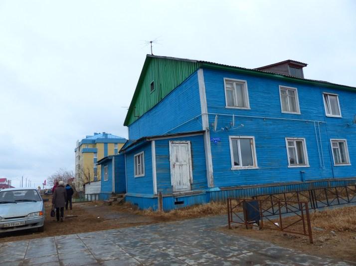 Sininen talo kadun kulmassa