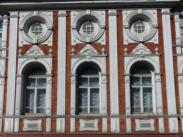 Näiden ikkunoiden takana pidettin vallankumouksen jälkeen ensimmäinen työläisneuvoston kokous Arkangelissa vuonna 1918.
