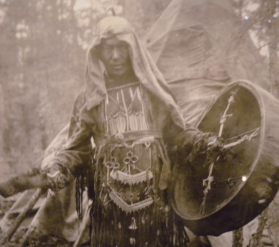 Siperialainen shamaani rummuttaa. Olisin valinnut Lapin noidan rumpuineen, mutta en löytänyt kuvaa. Tämä kuva on Krasnojarskin museosta Etelä-Siperiassa.