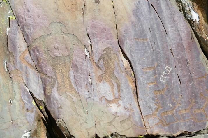Ihmishahmoja kalliokaiverruksissa Altailla, Siperiassa.