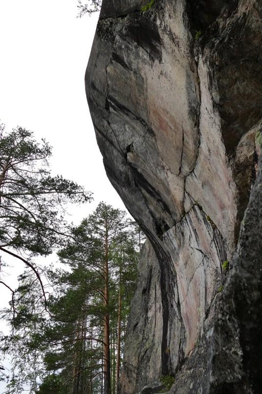 Piirrokset on tehty melko sileään ja sisäänpäin kaareutuvaan kallioon.