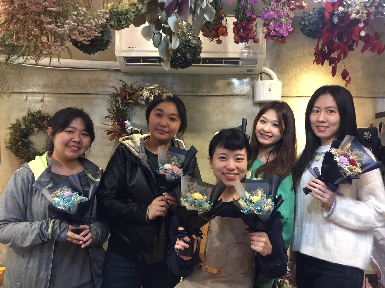學生來上乾燥花課程,乾燥花課程分享,乾燥花教學台北課程,喜歡生活台北乾燥花店教學課程