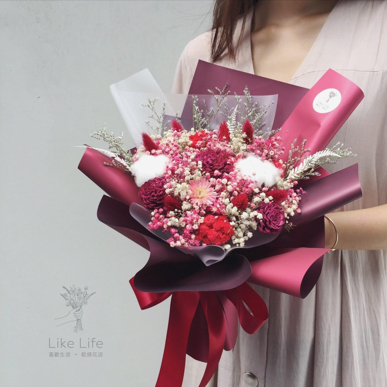 情人節乾燥花束紅色人拿乾燥花束,情人節乾燥花束推薦