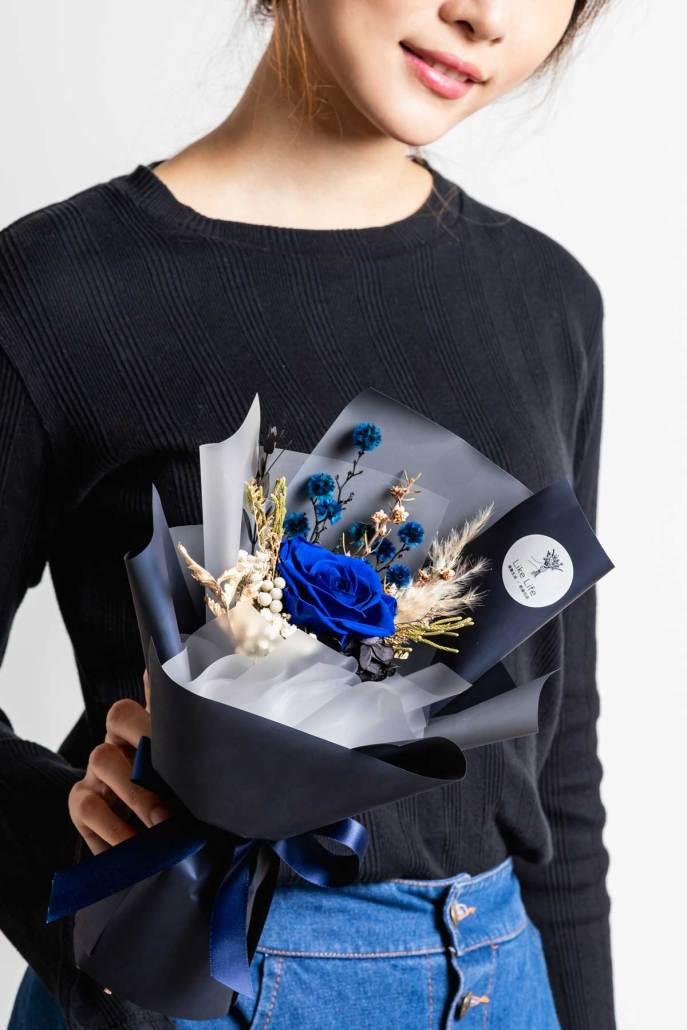 永生花束藍色永生花手拿照片
