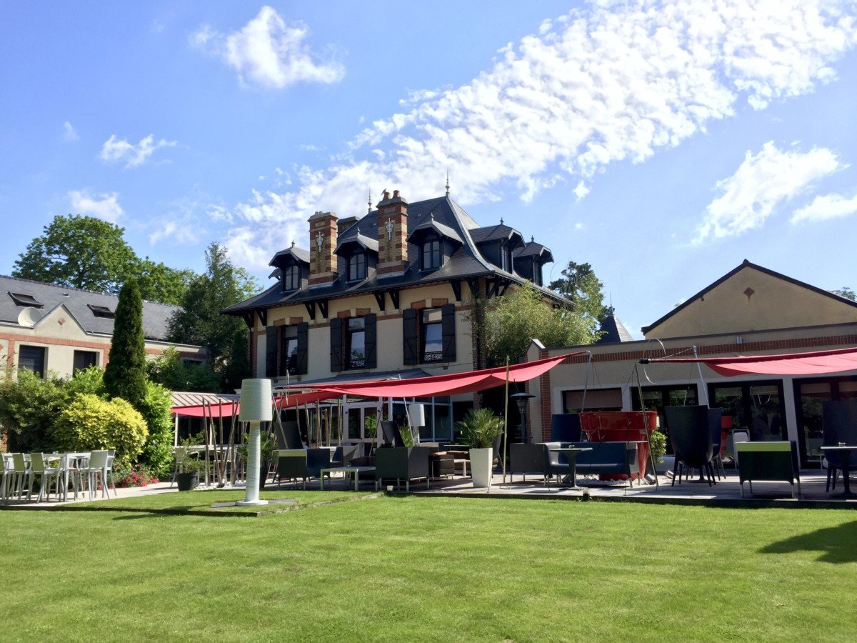View of the terrace and restaurant at L'Assiette Champenoise