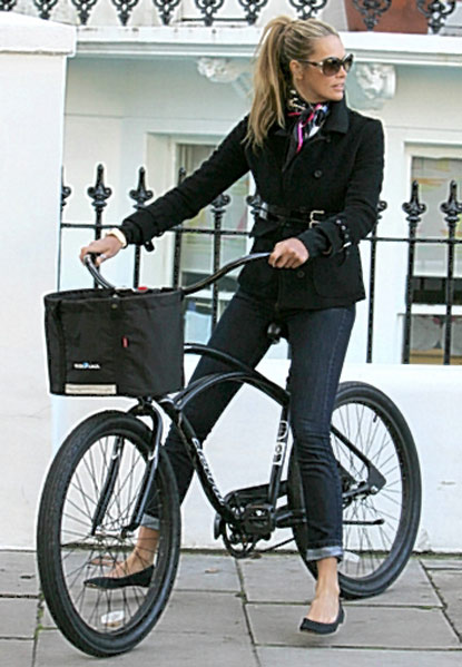 elle-macpherson-street-style-fashion-jeans-bike