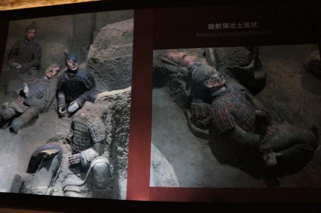 Foto tirada de um cartaz onde mostra os guerreiros quando foram encontrados