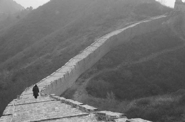 Monge solitário pela Muralha da China