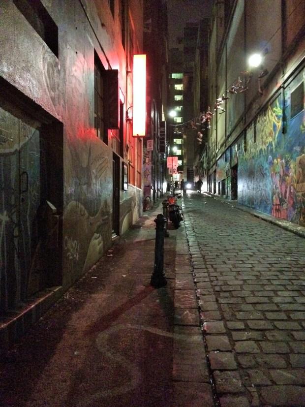 A rua dos grafitis de noite