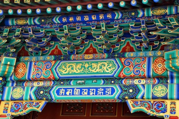 Detalhes coloridos do teto do Templo Lama