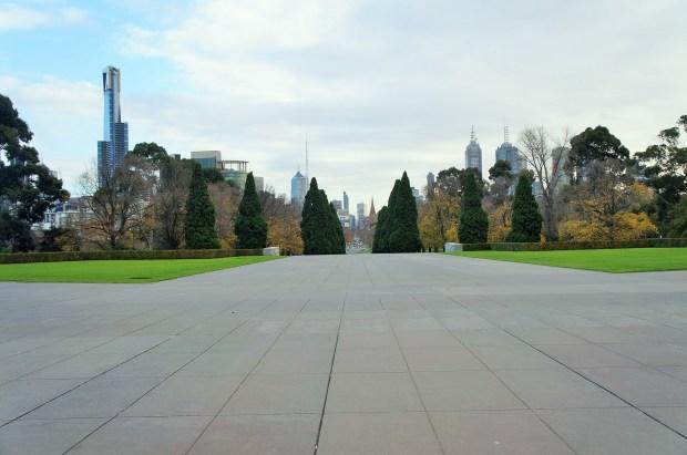 """O Santuario pode ser visto da cidade facilmente e tem uma bela vista do """"skyline"""" de Melbourne"""