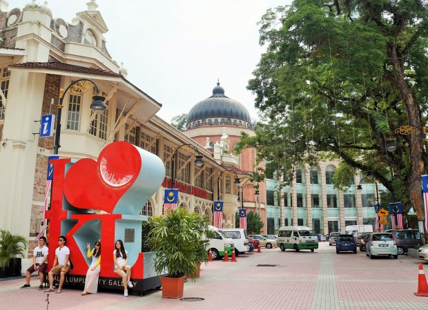 Monumento na frente do Kuala Lumpur City Gallery