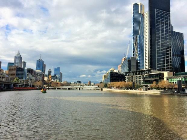 Aquário de Melbourne esta do lado dessa foto, na frente do rio Yarra
