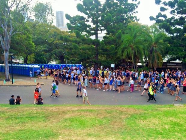Onde não passar o Ano Novo em Sydney: pessoas esperando na fila para banheiro