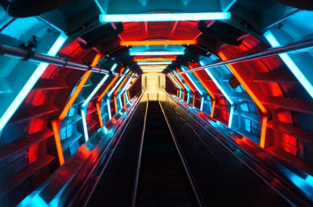 visitando o Atomium - Escada rolante na descida