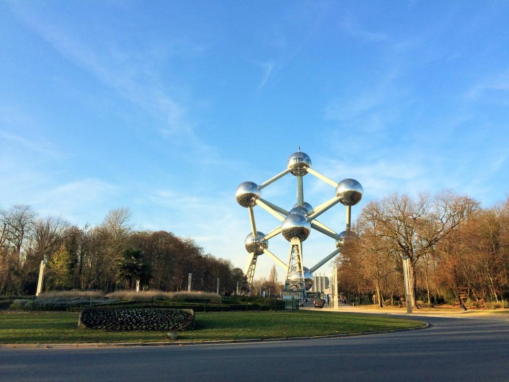 visitando o Atomium - fica afastado da cidade