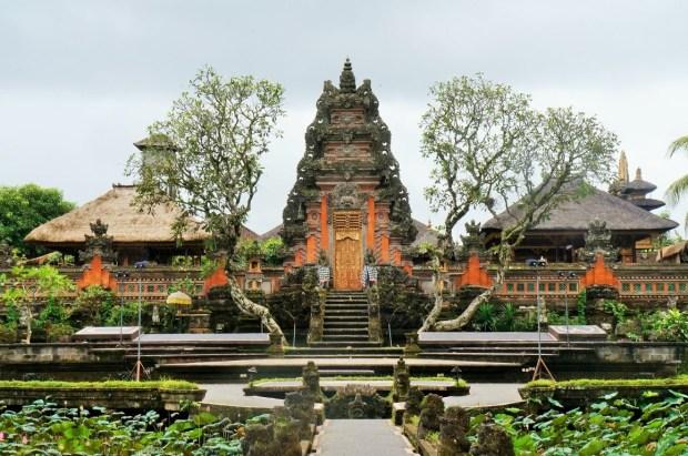 restaurantes imperdíveis em Ubud - templo atrás do café Lotus