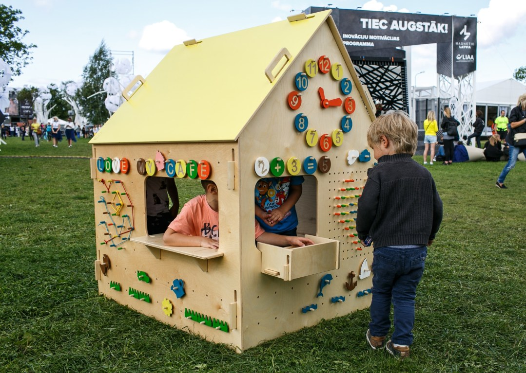 koka rotaļu māja