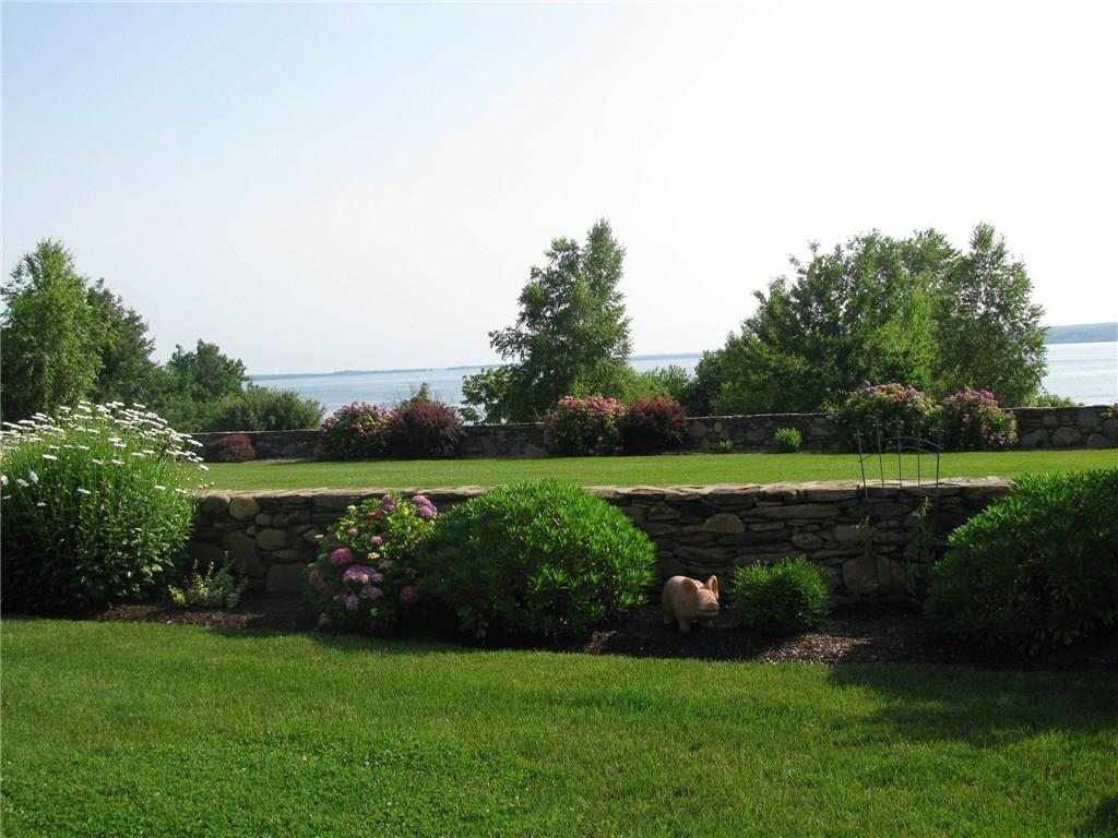 1076 East Shore Road, Jamestown