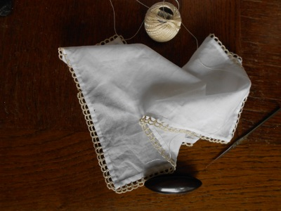 My friend Andréa ask me for a handkerchief in an old style. I was interested in a border by Thérèse de Dillmont during the 19th century. I was inspired by this pattern for this handkerchief. The fabric is a cotton batiste and I tatted with a single shuttle.