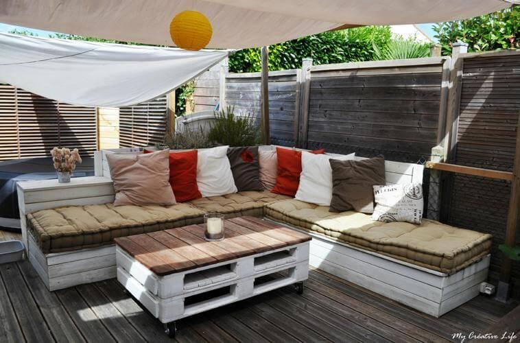 photo d un salon de jardin en palettes de recuperation sur une terrasse bois avec