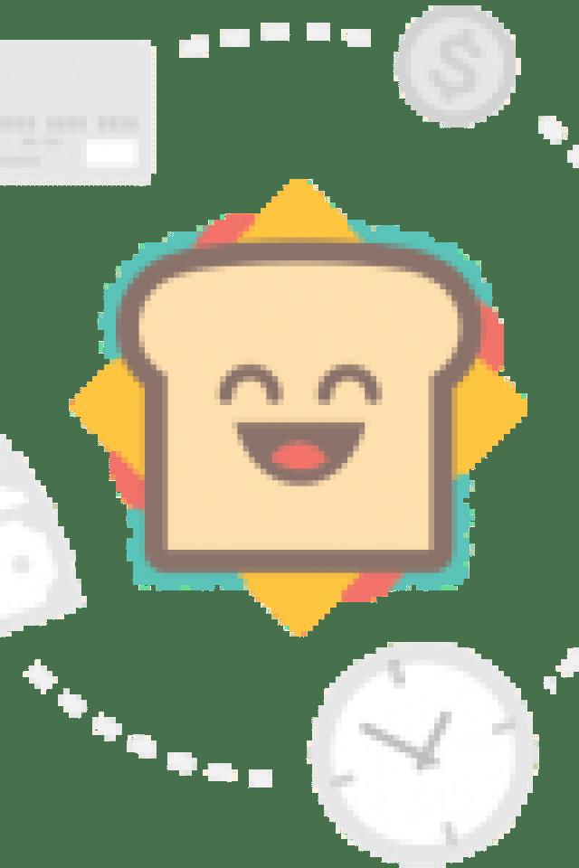wearing white dress ootd blonde bloger curly hair girl