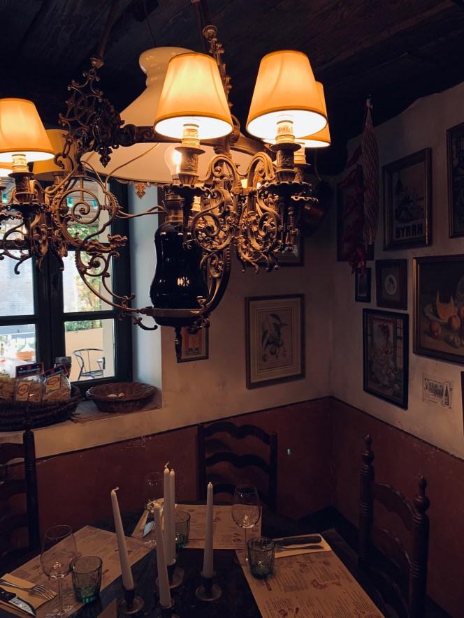 lustre ancien-table de repas-affiche vintage-chaises rustiques-esprit brocante