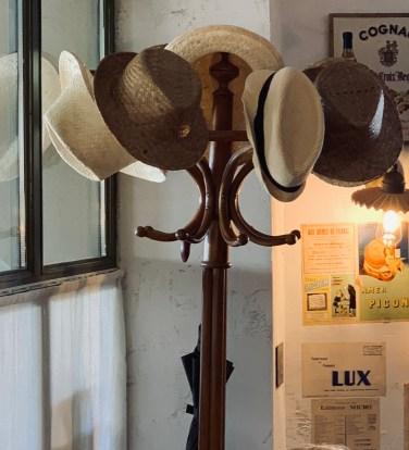 chapeaux-porte manteaux-rétro-vintage-accumulation-restaurant-collection-lili déambule