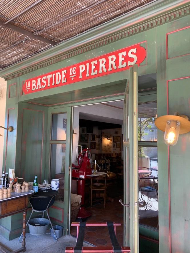 restaurant-vintage-façade verte et rouge-lili déambule