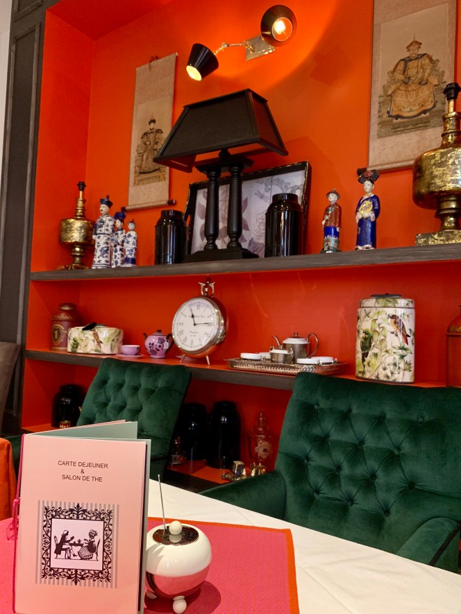 mur orange-fauteuils verts-objets chinois-contraste-lili demabule