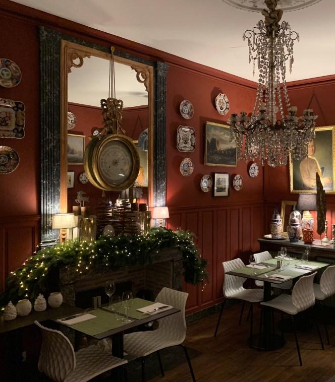 salle a manger parquet massif restaurant mur rouge siege contemporain cheminée marbre grand miroir