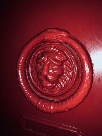 Porte Rouge ancienne avec têtes de Lion