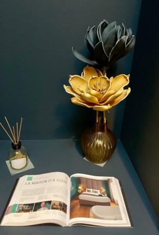 petit coin deco avec livre et fleurs