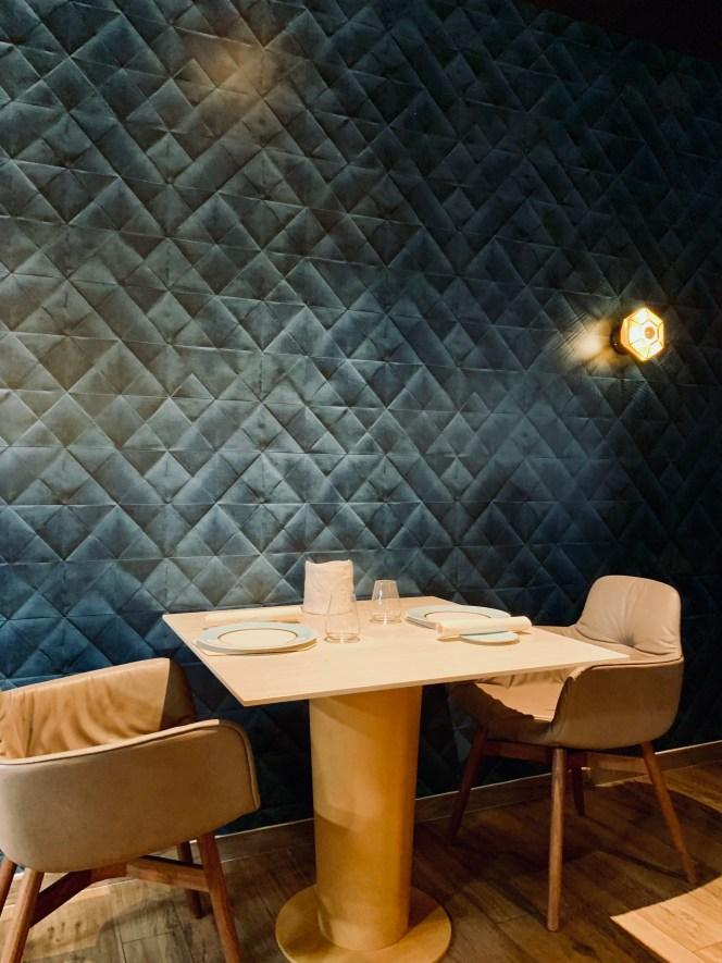 papier peint bleu style capitonné et table pour 2