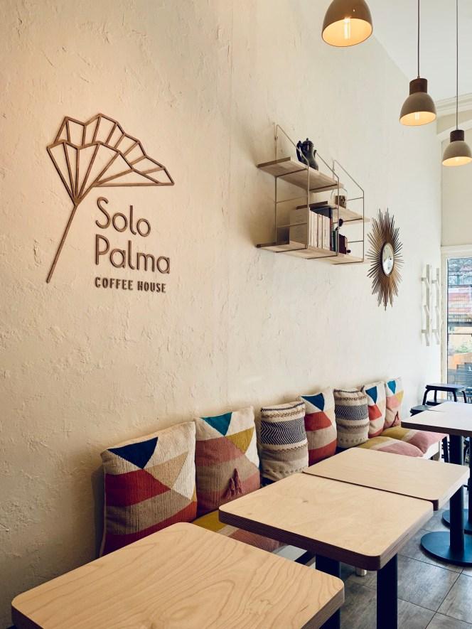 solo-palma-coffee-house-orleans-miroir-coussins-mexqiue-suspension-étagère-tables-lilideambule