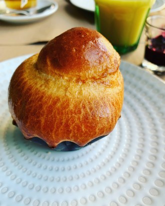 brioche-assiette-ceramique-auberge-lac-guery-auvergne-lilideambule