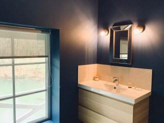 salle de bain design bleu miroir vue rivière