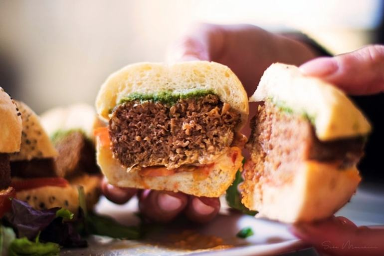 The Meatball family - the miracle burger