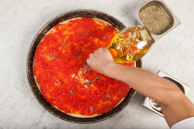 Pizza Spontini fabbricazione - olio prima del forno 2