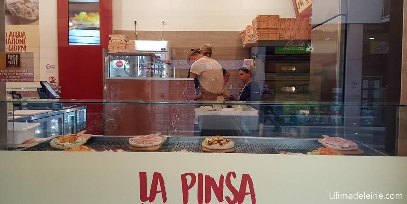 Indiscutibili vantaggi di mangiare una Pinsa in via Sarpi a Milano con un'amica