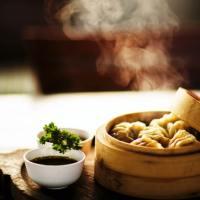 Cibo cinese a domicilio: i piatti che ordiniamo di più tra gli storici involtini e l'avanzata dei ravioli