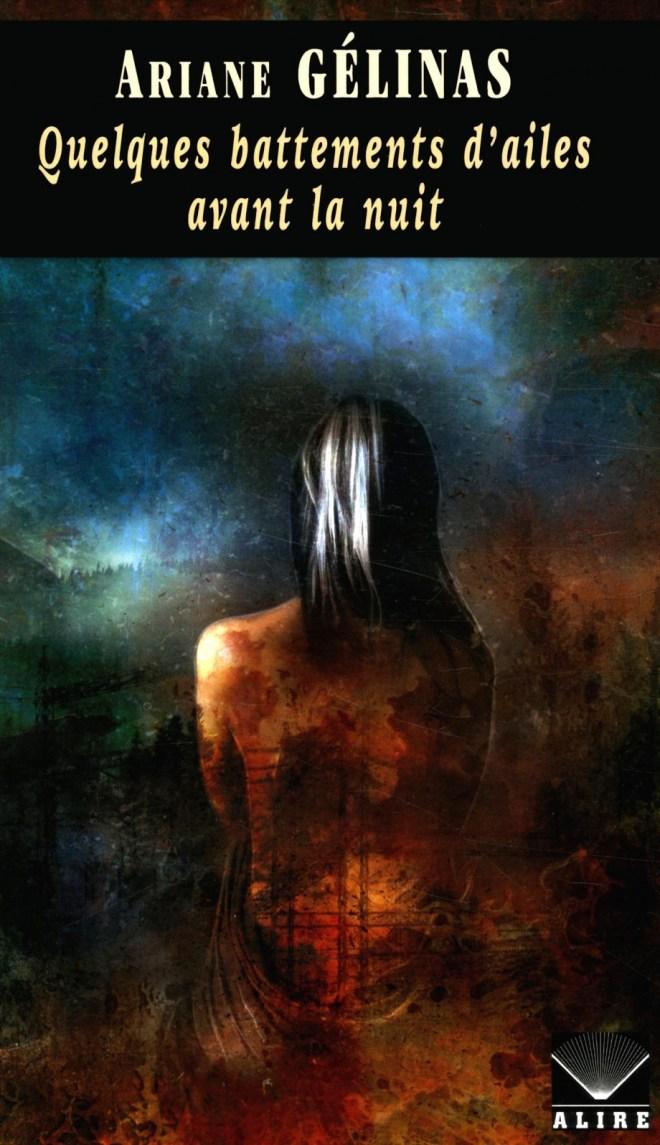 Une fille de dos avec une mèche blanche dans sa chevelure noire