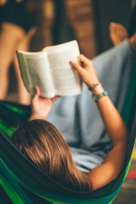 Une fille qui lit fans un hamac