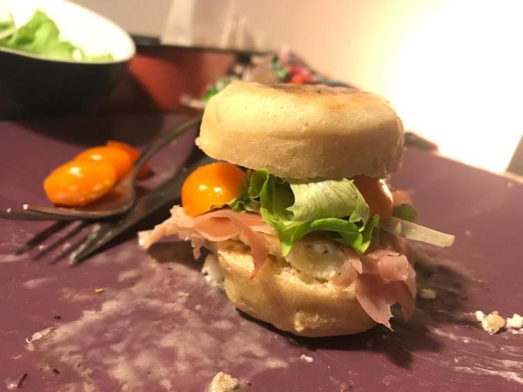 Tigella .Un piccolo paninetto cotto alla piastra farcito con prosciutto pomodoro e lattuga con olio e sale pepe