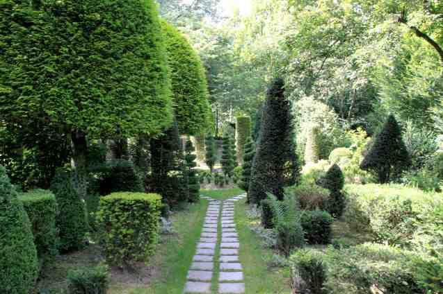 Les jardins de Séricourt - allée de buis taillés